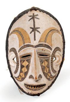 EXCEPTIONNEL MASQUE «Mmwo» en bois sculpté représentant un esprit féminin