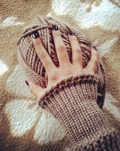 Sigo avanzando en este nuevo proyecto...que ganas tengo de ver el resultado  #telar #loom #looming #pullover #laurelisanper #knitter #knitstagram #knitaholic #wool #lana #hilaturastorrijo #strickenmachtglücklich