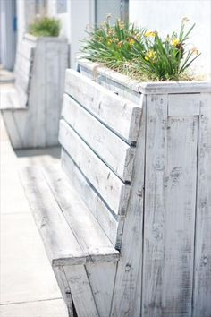 Recycled Pallet 25 Adorable DIY Wooden Planter Ideas More - Today we are presenting you do it yourself wooden planters. To help you with the wooden planters we found awesome tutorials. Wooden planters look the best Diy Wooden Planters, Patio Planters, Wooden Diy, Pallet Planters, Outside Planters, White Planters, Planter Bench, Planter Boxes, Planter Ideas