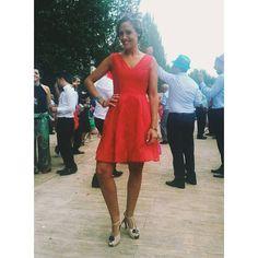 """""""Preciosa Aroa @aroa.fb1985 con #vestidorojo en #shantung de #seda #bordado ❤❤❤ #invitadasconestilo #boda #outfit #caminoconmiestilo"""""""