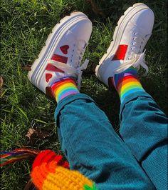 🌈 @crisheeta :•) Lgbt, Rainbow Aesthetic, Estilo Retro, Aesthetic Pictures, Gay Pride, Aesthetic Clothes, Sock Shoes, Converse Chuck Taylor, High Top Sneakers