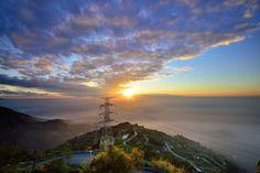 這次介紹驚險山路 – 台灣中西部「嘉義縣梅山鄉三十六彎」。這處別稱為大坪,是一座海拔一千公尺的平地山,距離梅山約十四公里。