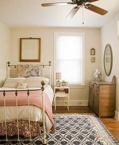 22 Small Bedroom Designs, Home Staging Tips to Maximize Small Spaces. small bedroom design ideas and home staging tips for small rooms. How to Decorate a Small Family Room Or Living Room. small living room ideas apartment Click image to read more details. Maximize Small Space, Small Spaces, Small Desks, Small Apartments, Feminine Bedroom, Bedroom Romantic, Pretty Bedroom, Home Staging Tips, Small Bedroom Designs