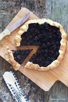 Una tarta muy fácil y rápida para hacer con casi cualquier fruta, diría yo. Es una base redonda de masa quebrada y fruta ligeramente azuca...