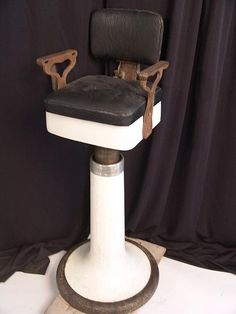 ANTIQUE CHILD'S BARBER CHAIR : Lot 1561