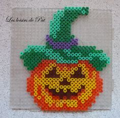 Halloween hama beads by Les Loisirs de Pat (diy projects halloween kids) Perler Beads, Perler Bead Art, Fuse Beads, Fuse Bead Patterns, Perler Patterns, Beading Patterns, Fall Crafts, Halloween Crafts, Hama Beads Halloween