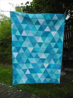 Quilt gleichseitiges Dreieck türkis. Größe ca 2 x 1,5 m. 60 degree triangle quilt turquoise.