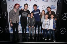 HOW DO THOSE LITTLE KIDS MEET 5SOS I CANT EVEN GO TO MY GRANPARENTS HOUSE WITHOUT BEGGING MY MOM TOO