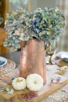 Vintage Decor Ideas LOVE this copper pitcher with those gorgeous dried hydrangeas. Lots of great ideas for simple fall decorating in this post. Diy Home Decor Easy, Fall Home Decor, Autumn Home, Autumn Garden, Hortensien Arrangements, Hydrangea Potted, Hydrangeas, Vintage Fall Decor, Vintage Wooden Crates