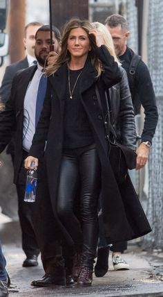 Jennifer Aniston capsule wardrobe: black coat with leather trousers in 2018 Legging Outfits, Trouser Outfits, Mode Outfits, Winter Outfits, Casual Outfits, Fashion Outfits, Womens Fashion, Estilo Jennifer Aniston, Jenifer Aniston