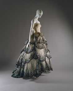 The latest tips and news on Christian Dior Couture are on . you will find everything you need on Christian Dior Couture. Vestidos Vintage, Vintage Dresses, Vintage Outfits, Dior Haute Couture, Couture Fashion, Vintage Dior, Vintage Fashion, Vintage Hats, 1950s Fashion