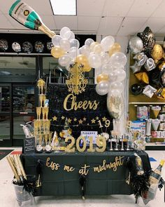 NY 2019 table Inspiration By party planner Rui Rodriguez Birthday Ideas Nyc, Beer Birthday Party, Nye Party, Formal Party Decorations, Balloon Decorations, Birthday Party Decorations, Champagne Balloons, Shooting Photo, Nouvel An
