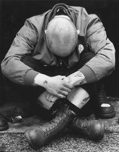 Doc Martens: Skinhead Despite the fact I don't wear DM's I wear rangers. Great skinhead and punk pics here Mode Skinhead, Skinhead Fashion, Punk Fashion, Skinhead Style, Skinhead Men, Skinhead Boots, Skinhead Reggae, Anti Fashion, Attitude