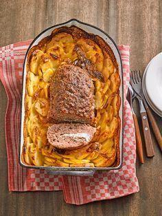Hackbraten mit Kartoffeln in Sahne Zutaten 700 g Hackfleisch, halb und halb 1 Ei(er) Paniermehl Salz Pfeffer Paprikapulver 8 Kartoffel(n) roh 2 Becher Sahne etwas Brühe 1 Stück(e) Schafskäse etwas Muskat