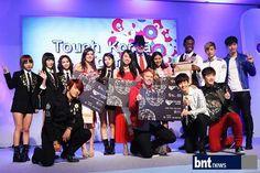 """El 30 de octubre, en el Museo  Beyond de Cheongdam-dong, Gangnam-gu, Seúl, 2PM y Miss A  aparecieron como embajadores en el acto de firma de la promoción del turismo coreano llamado  """"Touch Corea Tour""""."""
