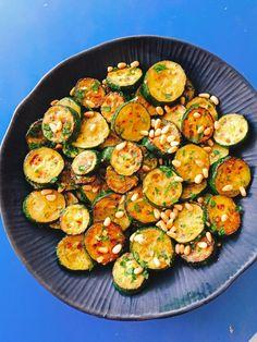 Salade de courgettes grillées aux pignons de pin, ail et persil plat
