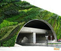 Nem só os jardins horizontais fazem sucesso pelo mundo. Essa é a ponte Max Juvenal, localizada na França. Depois de um reforma, ganhou o cultivo de plantas e é considerada um dos mais belos jardins verticais do planeta. Quem gostaria de conhecer?