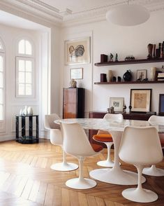 Stunning mix in this Parisian apartment by Pierre Lacroix ⠀ 📷 Florent Nemeta ⠀ For more inspiration ☞ Dining Room Design, Home Interior Design, Home And Living, Interior Inspiration, Design Inspiration, Living Spaces, Room Decor, Saarinen Chair, Eero Saarinen