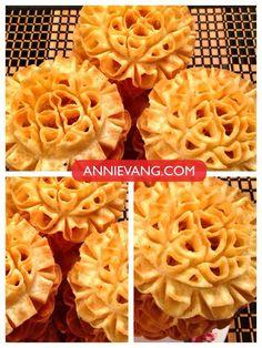 Gingerbread garlands of men - HQ Recipes Lotus Cookies, Rosette Cookies, Blossom Cookies, Cambodian Desserts, Cambodian Food, Laos Desserts, Asian Desserts, Deserts, Japanese Street Food