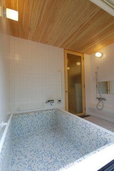 お風呂が素敵だと気持ちも幸せになります。あったかいお風呂は一日の疲れを癒す場所であり、家族のコミュニケーションもできる、小さいけど大切な場所です。心地よいバスルームは憧れですよね。 Corner Bathtub, Bathroom, House, Home Decor, Washroom, Decoration Home, Corner Tub, Home, Room Decor