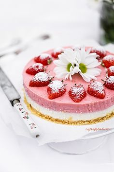 No-Bake Strawberry Cheesecake Recipe Love the way this is decorated Cheesecake Recipes, Dessert Recipes, Cupcake Cakes, Cupcakes, Summer Cakes, Cake & Co, Strawberry Recipes, Strawberry Mousse, Strawberry Cheesecake