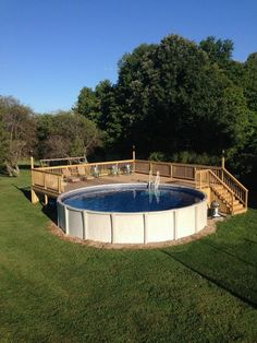 piscine surélevée en forme ronde, terrasse de piscine en bois, jardin en gazon