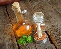 I semi di lino sono un alimento che presenta particolari caratteristiche benefiche per l'organismo. Essi possono essere considerati come un semplice ingrediente da utilizzare in cucina. E' sufficiente tritare i semi di lino, che devono essere consumati crudi, per ottenere un nuovo condimento per i propri piatti, ma i loro utilizzi vanno ben oltre le ricette più semplici.