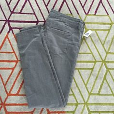 Old navy rockstar gray skinny distressed skinnies! Old navy rockstar low rise gray skinny jeans (distressed with frayed knees)! Brand new, never worn, still has tags! Smoke free home. I do own a cat but manage to keep him out of my closet. Make an offer! Old Navy Jeans Skinny