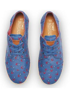 We can't feel crabby about the winter blues in these fun TOMS women's Blue Canvas Crab Print Paseos.