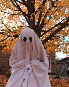 There is nothing better than autumn: the crunch of leaves, apples and cinnamon, and of course, halloween! Theme Halloween, Halloween Town, Spirit Halloween, Vintage Halloween, Halloween Costumes, Halloween Tumblr, Halloween Decorations, Halloween Horror Nights, Halloween 2018
