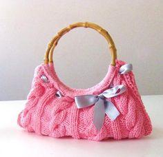 Gestrickte Handtasche in Rosa mit Bambusgriffen und silberner Schleife.    Diese Tasche ist die richtige Accessoires für Frau mit Stil!!!