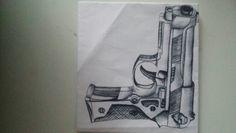 Ik had twee uitegeprintte plaatjes van pistolen van thuis meegenomen: een 2d-pistool en een 3d-plaatjes. Uiteindelijk heb ik deze gebruikt door ze na te tekenen, en ze van hout te maken.