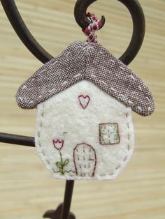 Maisons & Nichoirs en tissu on Pinterest | Felt House, Little ...