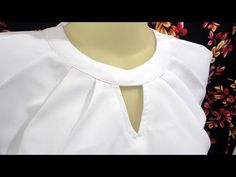 Blouse pattern sewing simple – will attract your attention. It can be a good inspiration to make a beautiful blouse and a women's outfit. To help you in sewing it, you can choose the best blouse sewing pattern. Chudithar Neck Designs, Chudidhar Designs, Dress Neck Designs, Designs For Dresses, Sewing Collars, Fabric Flower Brooch, Stitching Dresses, Techniques Couture, Blouse Models