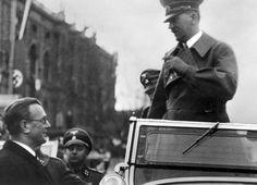 14 marca 1938 r. Arthur Seyß-Inquart wita Adolfa Hitlera przybywającego do wiedeńskiego muzeum sztuki