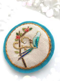 イニシャルF刺繍ブローチ(青い鳥と赤い実)