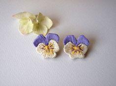 nacco刺繍パンジーのピアス(青紫)