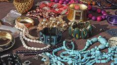 Bijoux exposés dans un marché aux puces