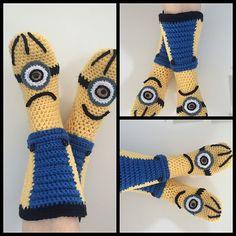 Ravelry: Minion Booties pattern by Jennifer Smit Crochet Sandals, Crochet Slippers, Crochet For Kids, Crochet Baby, Crochet Stitches, Crochet Patterns, Cuddle Pillow, Minion Crochet, Diy Adult
