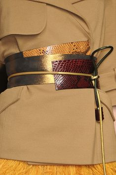 Louis Vuitton at Paris Fashion Week Spring 2009 Fashion Belts, Fashion Accessories, Fashion Outfits, Fashion Details, Love Fashion, Paris Fashion, Diy Leather Projects, Ethno Style, Obi Belt