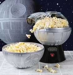 Enjoy your popcorn from the far, far away galaxy. This Star Wars Death Star Popcorn Maker use the top half as your bowl to eat a fluffy and delicious popcorn. Use it as part of your star wars collection. Hot Air Popcorn Popper, Air Popcorn Maker, Air Popper, Cocina Star Wars, Star Wars Gadgets, Tech Gadgets, Star Wars Kitchen, Think Food, Specialty Appliances