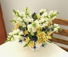 """Freude schenken mit Blumen von StarFlower. """"Summer Garden"""" ist ein Mix aus weißen Löwenmäulchen, blauen Disteln und zartgelben Alstromerien, der Sommergefühle weckt und ein tolles Blumengeschenk für Freunde oder für sich selbst ist. Star Flower, Floral Wreath, Flowers, Summer, Decor, Thistles, Glee, Creative, Floral Crown"""