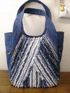 So many creative upcycled denim projects. Love the chenille look on this one. Jean Crafts, Denim Crafts, Jean Purses, Purses And Bags, Bag Quilt, Diy Sac, Denim Handbags, Mk Handbags, Blog Couture