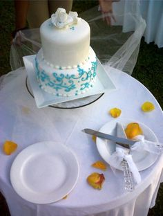Simple style wedding cake.