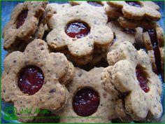 Linecké vegan cukroví z celozrnné špaldové mouky Grains, Cookies, Desserts, Food, Crack Crackers, Tailgate Desserts, Deserts, Biscuits, Essen