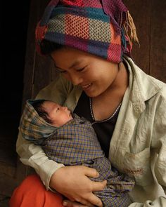 A mother's love is Universal. Here is a Hteik Hteik Soe, holding her eight-day-old son in Taung Pet Village in the eastern Shan State of Myanmar. Beautiful Smile, Beautiful Children, Beautiful People, Mother And Father, Mother And Child, Foto Baby, Madonna And Child, Love Is, People Of The World