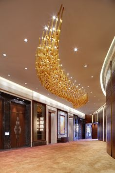 Best design projects with pendant lighting Glass Chandelier, Chandeliers, Chandelier Lighting, Custom Lighting, Cool Lighting, Lighting Design, Hotel Lobby Design, Restaurant Lighting, Glass Installation