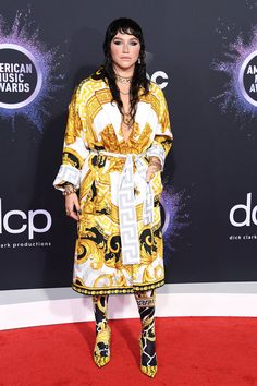 The 2019 American Music Awards featured appearances by Taylor Swift, Shawn Mendes, Shania Twain and host, Ciara. Christina Aguilera, Tom Kaulitz, Kelly Osbourne, Taylor Swift, Heidi Klum, Billie Eilish, Selena Gomez, American Music Awards 2019, Coral Gown