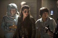 """THE 100 CW 2x16 """"Blood Must Have Blood Part Two"""" #The100 Marie Avgeropoulos, Christopher Larkin, Eve Harlow - Octavia Blake, Monty Green, Maya - who's hand is that? I thought I saw Clarke with similar glove?!?"""