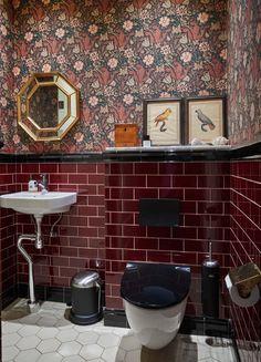I William Morris fantastiska mönster finns inget fult, säger Katarina och Gunnar. Klassisk engelsk stil inspirerade när de inredde sitt hundraåriga townhouse i stockholmska Lärkstan. Maroon Bathroom, Burgundy Bathroom, Bathroom Red, Bathroom Wallpaper, Modern Bathroom, Small Bathroom, Burgundy Room, Wine Wallpaper, Serene Bathroom